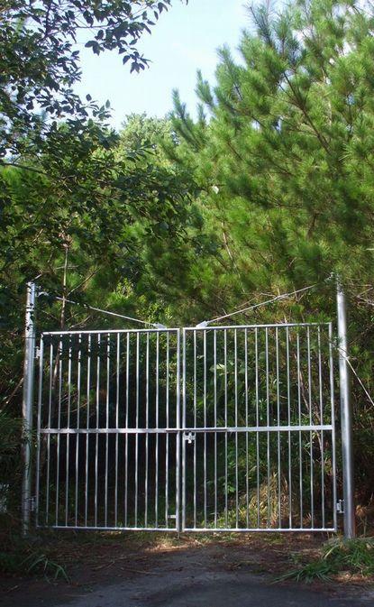 鉄製の門0809.JPG